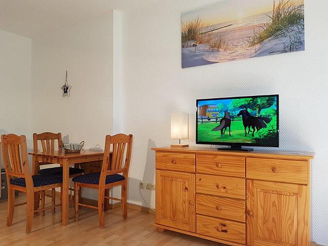 Fewo 5 - Wohnraum mit Essplatz, Sideboard und TV