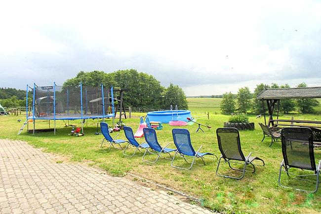 Spielplatz und Sonnenliegen